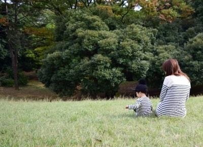 子供と一緒に公園へ散歩に出かける