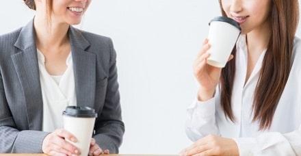 会社の同僚と話す女性社員