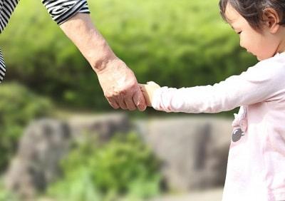 子供の手を取る母親