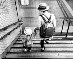 子供と一緒に歩くシングルマザー
