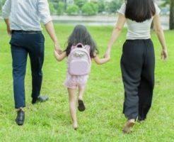 家族で仲良く散歩をする