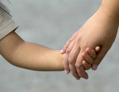 子供の手を取るシングルマザー