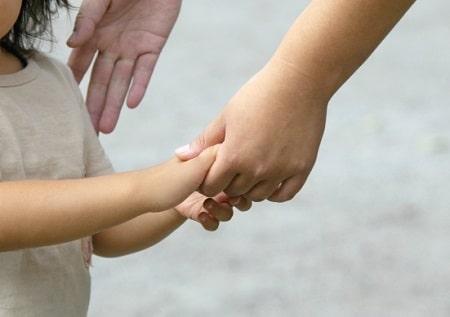 子供の手を取る