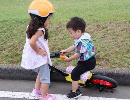 子供同士で仲良く遊ぶ