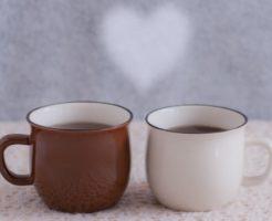新しい恋人と一緒にコーヒーを飲む